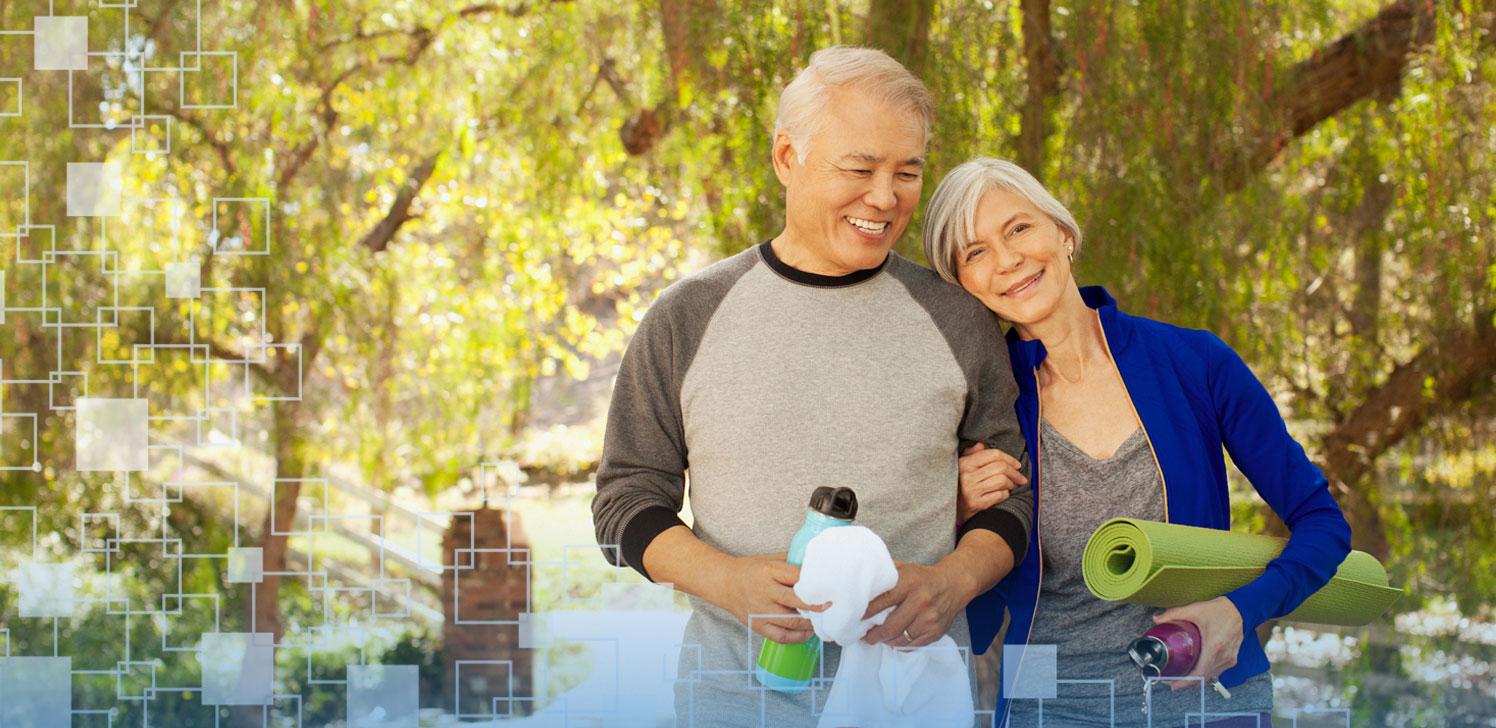 Pareja de jubilados haciendo ejercicio en el parque